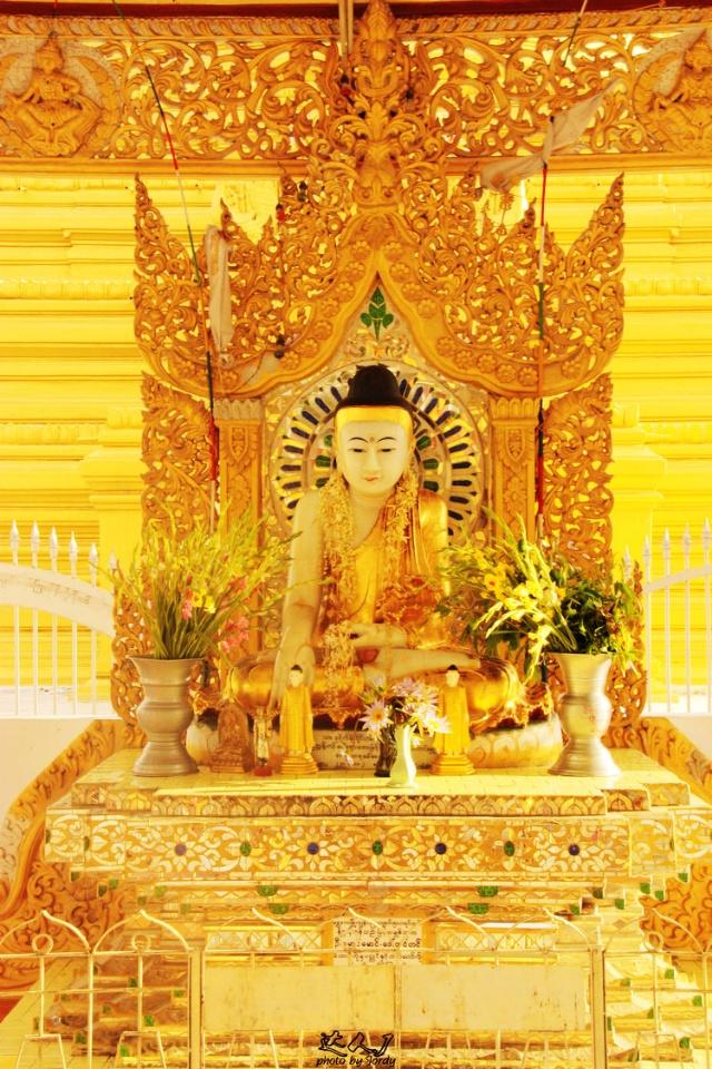 固都陶佛塔的主佛塔,矗立在阳光下闪闪发亮  表示释迦牟尼在成道之前