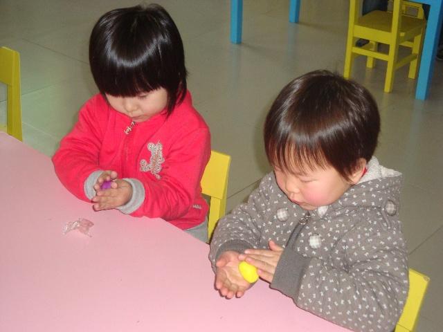 """橡皮泥是小朋友很喜欢玩的一种活动材料,它质地柔软、易于操作,不仅能很方便的搓出各种形状,而且能很好的发展幼儿手部肌肉的灵活性,因此,橡皮泥也是幼儿园美工活动中不可缺少的材料之一。 周一下午的半日活动,我们就开始了橡皮泥小制作。 首先,我让孩子们用手摸摸橡皮泥,说出他们的感受,孩子们非常聪明的说""""橡皮泥软软的。""""接下来,我示范用手用力的捏它,团它,并用两只手的手心不停地搓圆,不一会儿,一个圆圆的橡皮泥球就搓好了。孩子们开始了模仿。小朋友的收小也没有多大的力气,有的孩子就非常聪明,把橡"""