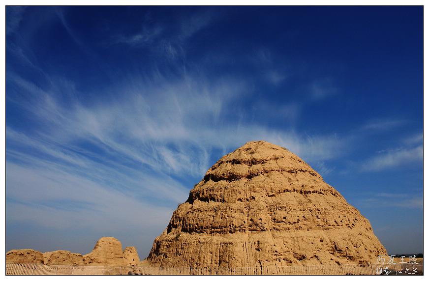 西夏陵园的陵塔和埃及金字塔建造形式一样,都是巨大的锥体建筑.