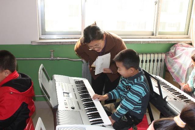 愉快的电子琴课(照片)