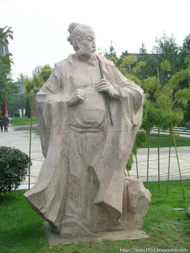 """杜甫 怀素 李白 王维 韩愈 大雁塔文化休闲广场有八位古代名人雕塑,反映""""大唐盛世""""带来了各行各业的空前繁荣和进步。雕塑特意从诗歌、书法、茶道、医药等领域中,精选了具有代表意义的""""诗仙""""李白、""""诗圣""""杜甫、""""茶圣""""陆羽、""""诗佛""""王维、""""唐宋八大家之首""""韩愈、""""书法家""""怀素和""""天文学家""""僧一行、""""药王&r"""