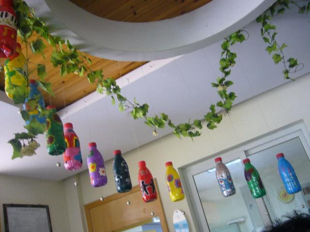 1,矿泉水瓶经过小朋友的涂鸦做成的精美吊饰.图片