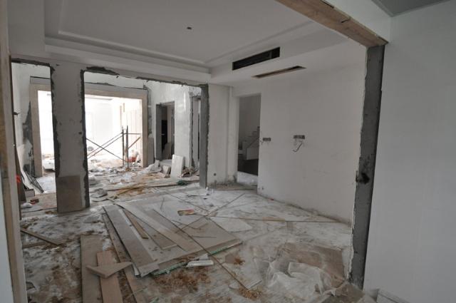 玻璃隔断,以让餐厅与客厅间形成一个隔而未隔的效果.该隔断