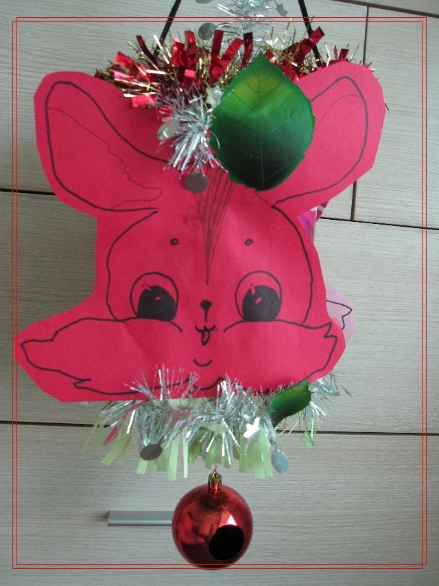 原材料为:儿子的坏旧塑料小水桶一个,彩纸两张,贴画若干,从儿子圣诞树