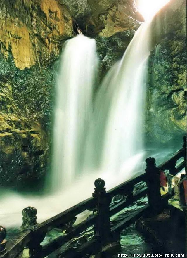 九乡风景区由五大游览区组成:叠虹桥景区,三脚洞景区,大沙坝景区,阿