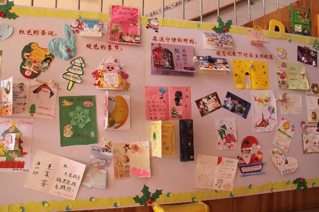 幼儿园要求每个家长亲自为孩子制作圣诞贺卡,来了就贴在这个展板上